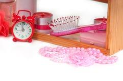 Muchos accesorios del baño y reloj de alarma rojo Fotos de archivo