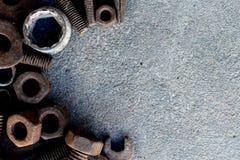 Muchos acero del moho en la tierra del cemento fotografía de archivo libre de regalías
