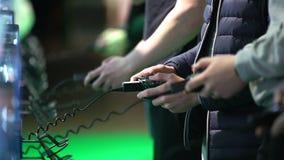 Muchos adolescentes que juegan en las consolas del juego Primer de manos metrajes