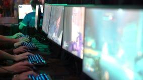 Muchos adolescentes que juegan en los juegos de ordenador Primer de manos y de pantallas metrajes