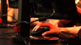 Muchos adolescentes que juegan en los juegos de ordenador Primer de manos metrajes