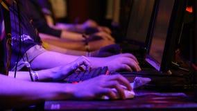 Muchos adolescentes que juegan en los juegos de ordenador Primer de manos almacen de video