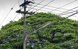 Muchos alambres eléctricos en polos Fotos de archivo libres de regalías