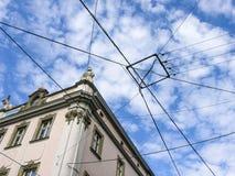 Muchos alambres se cruzan en el cielo Imágenes de archivo libres de regalías