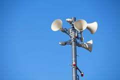 Muchos altavoces contra el cielo azul nublado Fotografía de archivo