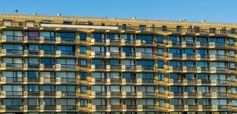 Muchos apartamentos en un edificio grande de la ciudad, balcones con las ventanas, arquitectura belga fotografía de archivo libre de regalías