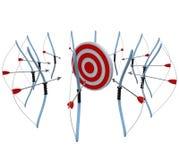Muchos arqueamientos y flechas apuntan una blanco en la competición Foto de archivo