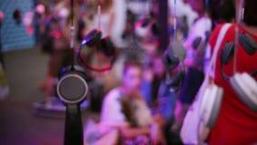 Muchos auriculares cuelgan en el alambre en el partido del festival del aire abierto hospitalidad Gente holidays almacen de metraje de vídeo