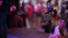 Muchos auriculares cuelgan en el alambre en el partido del festival del aire abierto hospitalidad tarde holidays almacen de video