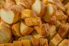 Muchos baguettes cortados del pan Imagenes de archivo