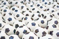 Muchos balones de fútbol blancos y negros Bolas del fútbol en un agua imágenes de archivo libres de regalías
