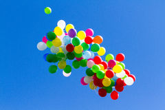 Muchos baloons brillantes en el cielo azul Imágenes de archivo libres de regalías