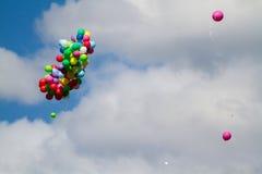 Muchos baloons brillantes en el cielo azul Fotos de archivo libres de regalías