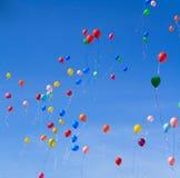 Muchos baloons brillantes en el cielo azul en primavera Fotografía de archivo
