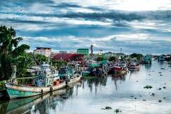 Muchos barcos de pesca atracados en el canal Imagen de archivo libre de regalías