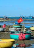 Muchos barcos de pesca en el embarcadero en Vinh Hy, Vietnam Foto de archivo