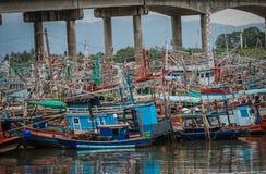 Muchos barcos de pesca en el estuario Laem cantan imágenes de archivo libres de regalías