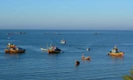 Muchos barcos de pesca en el mar en Mui Ne, Vietnam Foto de archivo