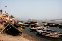 Muchos barcos de río de madera viejos en el banco del Ganges que espera los turistas y a los pasajeros Imagen de archivo libre de regalías