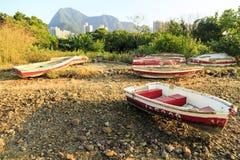 Muchos barcos parqueados en una playa de piedra Foto de archivo libre de regalías
