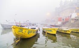 Muchos barcos turísticos en Varanasi la India Foto de archivo libre de regalías