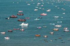 Muchos barcos y transbordador en el mar Foto de archivo