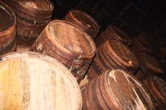 Muchos barriles de madera viejos en una fábrica del vino Foto de archivo libre de regalías