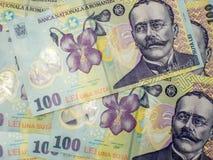 Muchos billetes de banco de cientos conceptos de ron del leu de la moneda del rumano Fotos de archivo