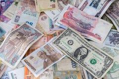 Muchos billetes de banco de los países diferentes imagenes de archivo