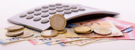 Muchos billetes de banco euro y calculadora Fotografía de archivo libre de regalías