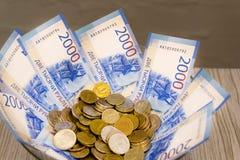 Muchos billetes de banco de los países diferentes del mundo, la diferencia en valor apilado en la tabla con una fan fotografía de archivo libre de regalías