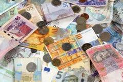 Muchos billetes de banco y donación de las monedas Fotos de archivo libres de regalías