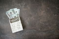 Muchos 100 billetes de dólar en regalo blanco negro empaquetan en backgr oscuro fotos de archivo