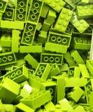 Muchos bloques plásticos verdes de Lego imágenes de archivo libres de regalías