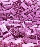 Muchos bloques plásticos violetas de Lego fotografía de archivo