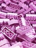 Muchos bloques plásticos violetas de Lego Ladrillos violetas fotografía de archivo libre de regalías