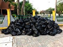 Muchos bolsos de basura imagenes de archivo