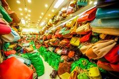 Muchos bolsos de cuero en la acción Imágenes de archivo libres de regalías