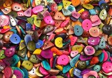 muchos botones coloreados hechos con las semillas de la palma tropical tr Imagen de archivo libre de regalías