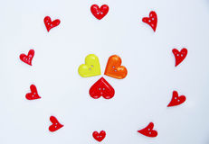 Muchos botones de la forma del corazón dispuestos en el papel fotos de archivo libres de regalías