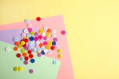 Muchos botones multicolores imagenes de archivo