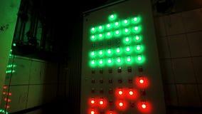 Muchos botones rojos y verdes grandes en el tablero industrial en la fábrica Cantidad com?n El panel de control industrial de la  almacen de metraje de vídeo