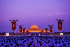 Muchos budistas que hacen la meditación delante de Dhammakaya Cetiya Imagen de archivo libre de regalías