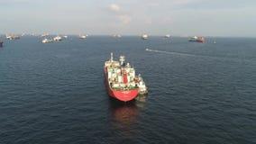 Muchos buques de carga que navegan en el mar en tiempo soleado en fondo del cielo azul tiro Gabarras que se mueven en los canales almacen de metraje de vídeo