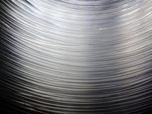 Muchos cables de fibra óptica colgante, formando una forma del arco Este los cables permiten que Internet trabaje, proporcionar l fotos de archivo libres de regalías