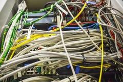 Muchos cables de fribra óptica en cierre del sitio del servidor para arriba, tecnología moderna de Internet imagen de archivo libre de regalías