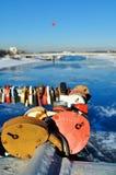Muchos candados en forma de corazón en el puente en día soleado Foto de archivo libre de regalías