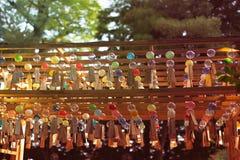 Muchos carillones de viento de cristal fotos de archivo
