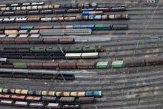 Muchos carros y trenes. Visión aérea. Imagenes de archivo