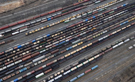 Muchos carros y trenes. Visión aérea. Fotografía de archivo